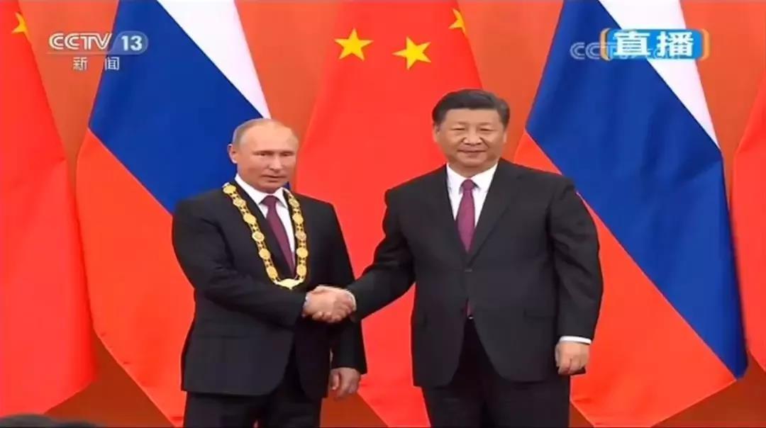 国家主席习近平在人民大会堂金色大厅,向俄罗斯总统普京颁授首枚中华