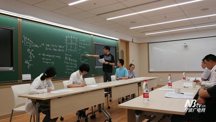 今年是北京大学在浙江省实施三位一体综合评价招生的第三年。6月17日,北京大学浙江三位一体综合评价招生测试面试在北京大学进行。  2017年,65名浙江学子在三位一体测试中脱颖而出,顺利被北京大学录取,这是第一批新高考后通过综合评价方式进入北大的学生,招生结果得到专家和社会的认可。今年北大浙江省三位一体综合评价招生计划人数增加至85名。 参加此次面试的学霸们是通过笔试获得面试资格和初审评价结果为A+或A的考生,人数约为公布三位一体综合评价招生计划数的1.
