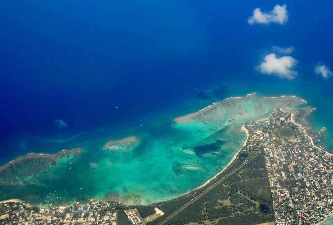 7月27日-28日,中國國家主席習近平將對毛里求斯進行友好訪問,這是中國國家主席時隔9年再次訪問毛里求斯。 毛里求斯被譽為天堂原鄉,位于非洲大陸以東、印度洋西南部。雖然在地理上距離中國很遠,但毛里求斯與中國可說是頗有淵源。早在200多年前,就陸續有中國人遠渡重洋來到這個只有2000多平方公里的小島。如今,中華文化已成為毛里求斯多元文化的重要組成部分,毛里求斯不僅將春節定為國家法定節日,在該國的紙幣上,甚至還印有華人的頭像。 是不是想要了解一下這個位于非洲小島上的國度了?先通過一張圖認識一下毛里求斯!