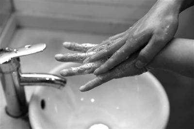 手把手清洗 残留物不见了 现场,宁大附属医院的两位医生给小朋友们