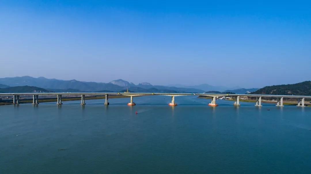 宁波市第四座跨海大桥三门湾跨海大桥目前已经完成全部施工建设并通过交工验收,将在1月15号至1月18号期间择日开通。昨天(1月4日),市总工会组织劳模代表参观体验了这座即将通车的跨海大桥。 『 宁波最长公路隧道 』 三门湾大桥,起点是已建成通车的象山港大桥及接线工程,终点接台州湾大桥及接线工程。全线的桥梁隧道比例高达75%,其中大狮子特长隧道全长3880米,是目前宁波市高速公路建设史上最长的隧道。  大狮子特长隧道全线使用LED灯具照明,具有能耗低、光指向性好、寿命长、响应快、无汞污染等优点。司机开车通过
