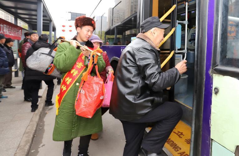 """公交站台来了一群""""活雷锋"""" 倡导市民文明出行"""