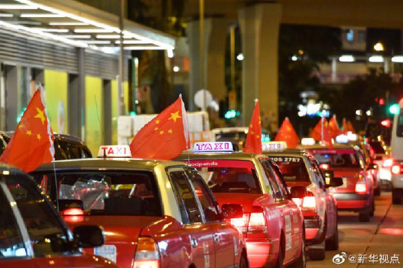 香港500辆的士挂上国旗,用爱心呼吁全社会反对暴力