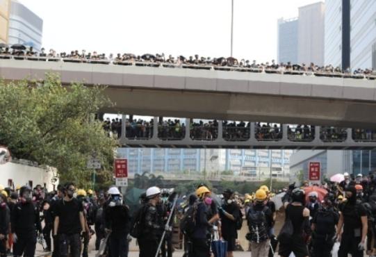 蒙面暴徒又闹事!香港示威者架路障投石块