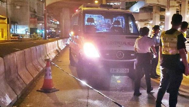 香港警察被3名黑衣人砍伤,伤口见骨