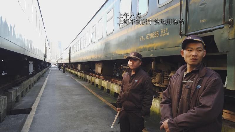 """春运列车""""体检员""""邬春华:听音辨损 让乘客安心回家"""