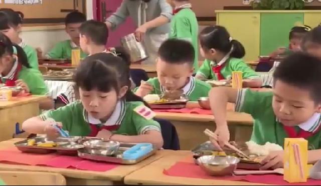 """节约粮食,杜绝浪费 小学生们争做""""光盘侠"""""""