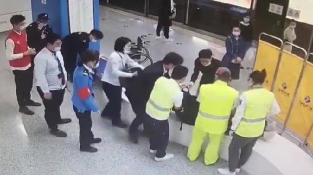文明宁波丨乘客突然晕倒 众人合力救援