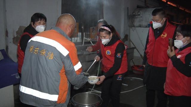 大年初一 志愿者为环卫工人准备的这顿早餐暖胃更暖心