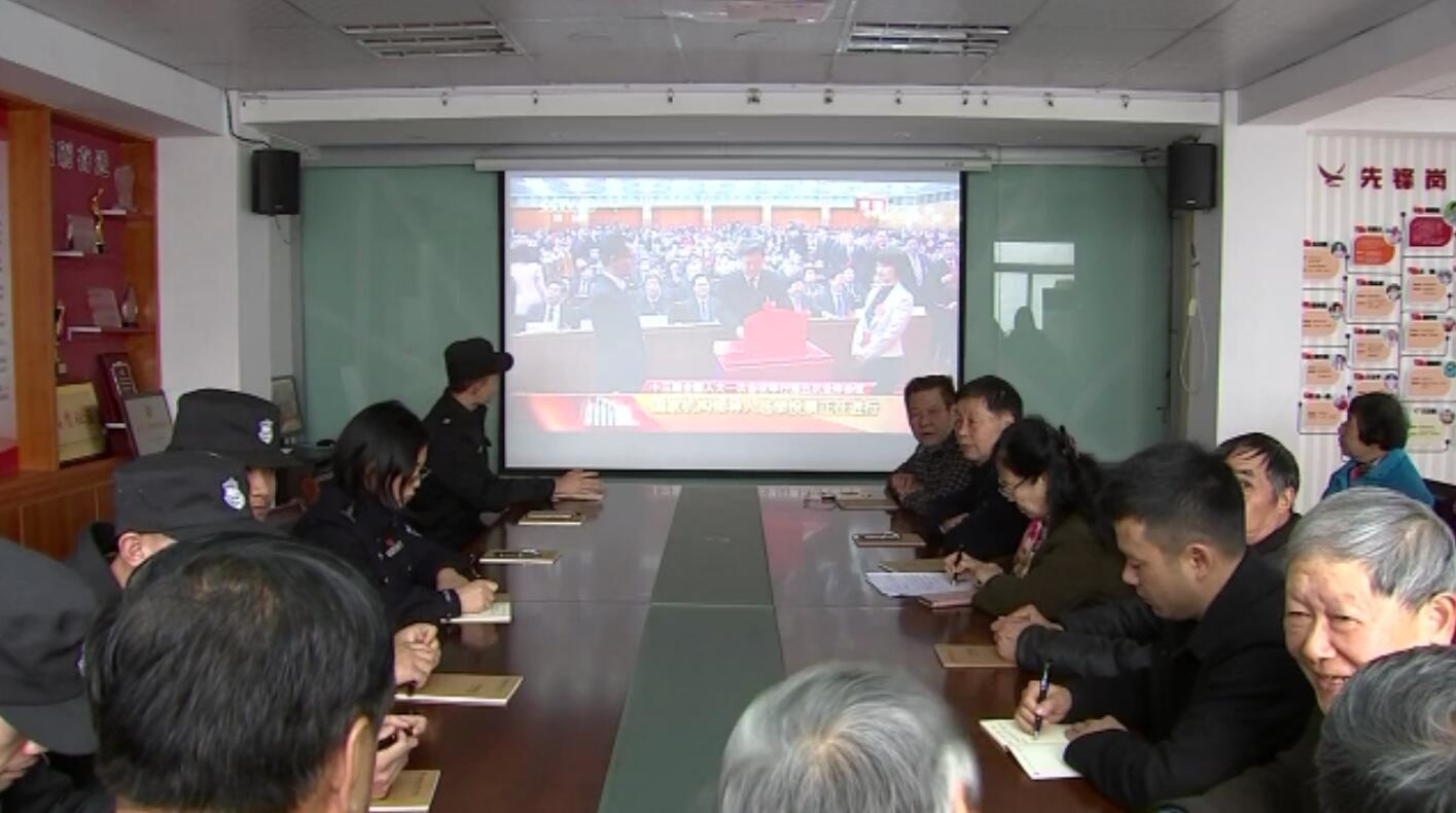 十九大代表胡朝霞和社区居民收看国家领导人选举实况