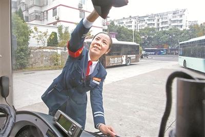 与十九大代表陈霞娜随车同行一小时