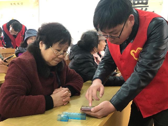 """手机课里学党史 来看江北这群老党员如何活用""""学习强国"""""""