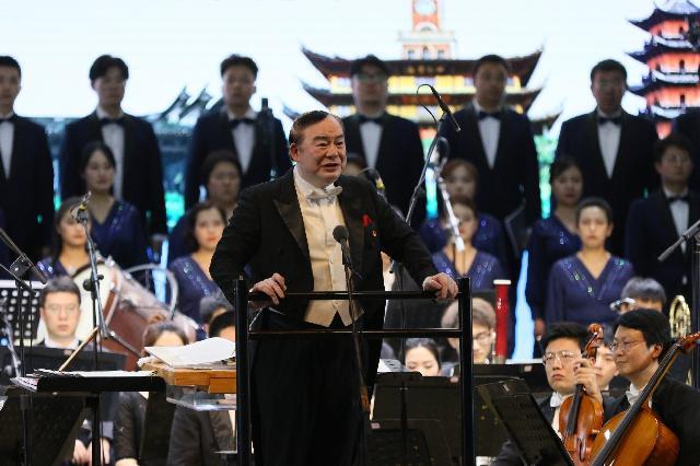 """用音乐激活""""红色基因"""" 共谱东西交响新乐章  俞峰与宁波交响乐团在西安交大上了一堂音乐党课"""